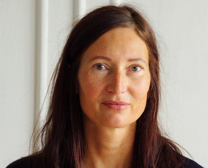 Porträt Frau mit dunklen langen Haaren vor weißem Hintergrund