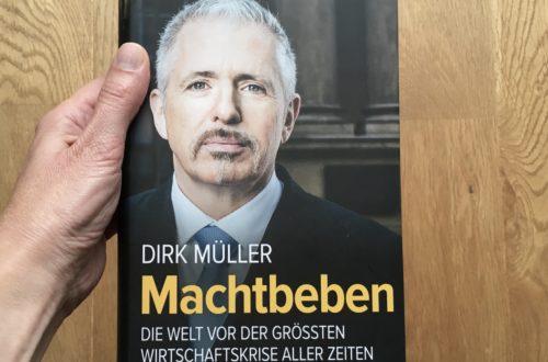"""Hand hält Buch """"Machtbeben"""""""