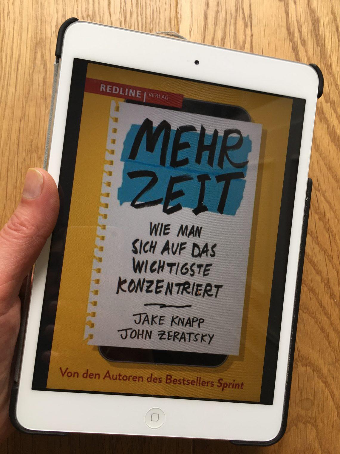 """Tablet mit geöffnetem eBook """"Mehr Zeit"""""""